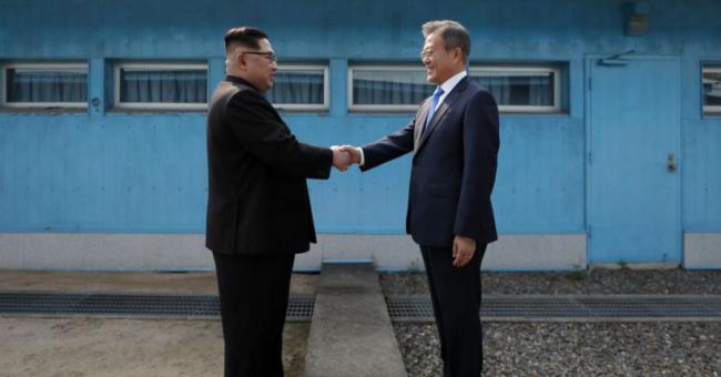 Le dictateur nord-coréen Kim Jong-un et le président sud-coréen Moon Jae-in se serrent la main à la frontière de leurs deux pays, dans le village de Panmunjom, le 27 avril © AFP