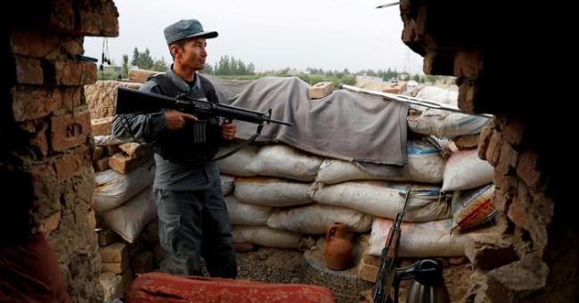 Un policier afghan, en train de monter la garde à Kaboul (Afghanistan) © Reuters