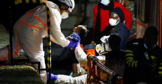 Un enfant secouru au large de l'Espagne il y a quelques jours, alors qu'un nouveau groupe de migrants a tenté de franchir la frontière entre le Maroc et l'Espagne © Reuters