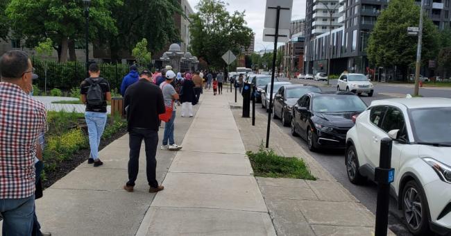 Longue file d'attente devant le consulat du Maroc au Canada © DR