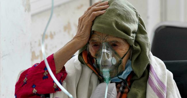 Une Tunisienne âgée infectée par le Covid-19 reçoit de l'oxygène à l'hôpital Ibn al-Jazzar à Kairouan, en Tunisie, le 4 juillet 2021 © AFP