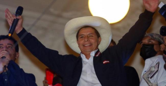 Pedro Castillo, président élu du Pérou, fête sa victoire depuis le balcon du siège de son parti à Lima, le 19 juillet 2021 © AFP