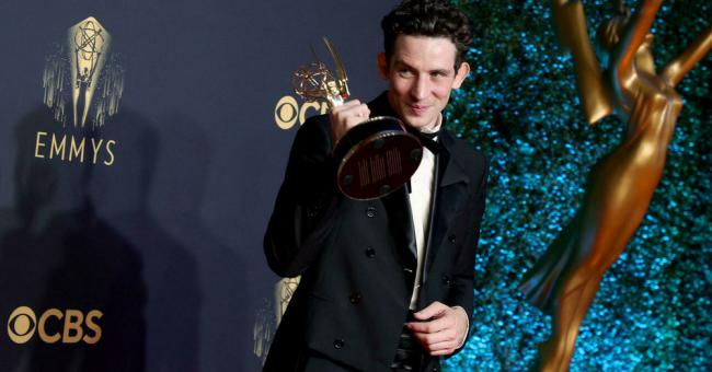 """Josh O'Connor, lauréat du prix du meilleur acteur principal dans une série dramatique pour """"The Crown"""", pose dans la salle de presse lors de la 73e cérémonie des Primetime Emmy Awards au L.A. LIVE, le 19 septembre 2021, à Los Angeles, Californie. © Getty Images via AFP - Rich Fury"""