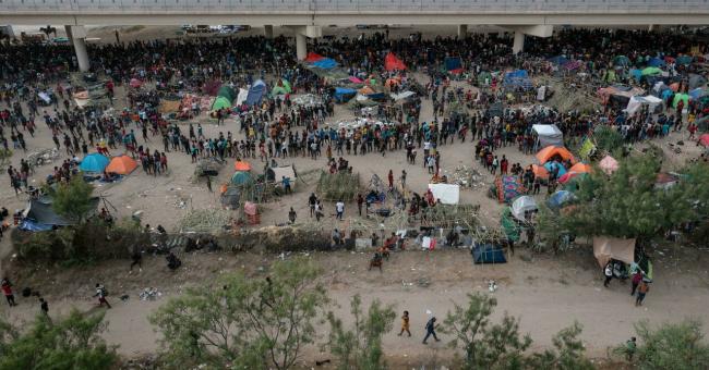 Des milliers de migrants campent sous un pont de Del Rio au Texas à proximité de la frontière mexicaine, le 18 septembre. © Adrees Latif, Reuters