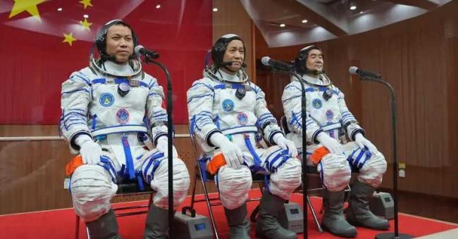 Les trois astronautes chinois le jour de leur départ à bord de Shenzou-12, le 17 juin 2021 © Chine Nouvelle/Sipa