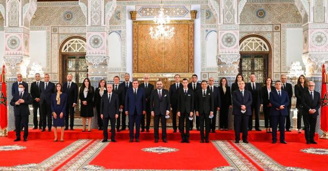 le Souverain, accompagné de SAR le Prince Héritier Moulay El Hassan et de SAR le prince Moulay Rachid , a posé pour une photo-souvenir avec les membres de la nouvelle équipe gouvernementale.
