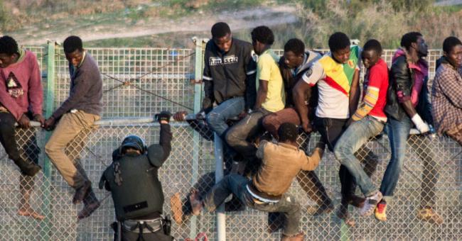 Plus de 300 migrants tentent d'entrer à Sebta