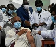 Le secrétaire général de la présidence ivoirienne, Patrick Achi, se fait vacciner contre la Covid-19 grâce à Covax, le 1er mars 2021 à Abidjan © AFP