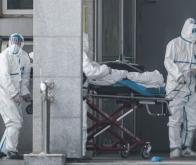 Des membres du personnel médical transportent un patient à l'hôpital de Jinyintan, où des patients infectés par un mystérieux virus semblable au SRAS sont traités, à Wuhan, dans la province centrale du Hubei en Chine, le 18 janvier 2020 © AFP