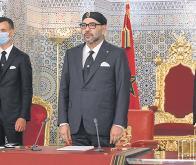 Le Roi Mohammed VI, à sa droite, son fils le prince Moulay El Hassan et à sa gauche, son frère, le prince Moulay Rachid © DR