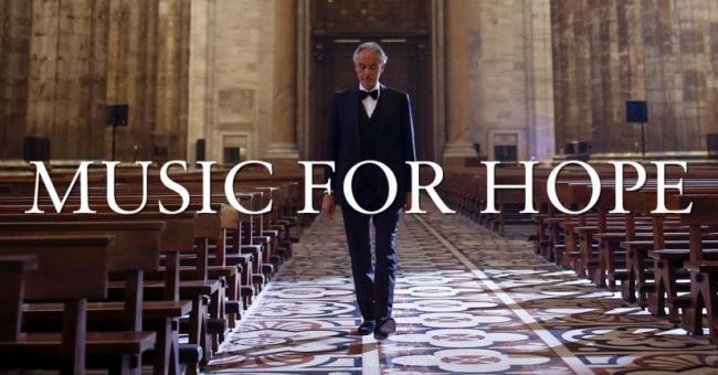 Seul dans la cathédrale de Milan, Andrea Bocelli donne un concert pour Pâques