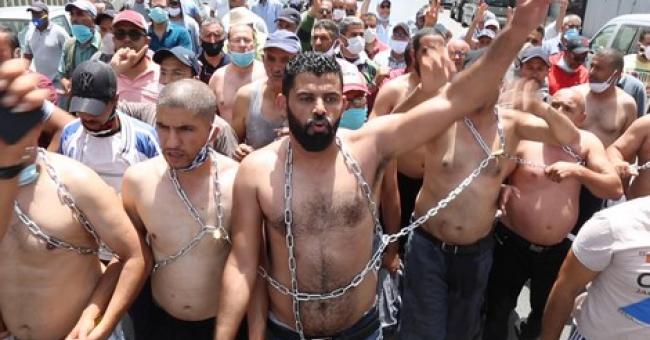 Torses nus et corps enchaînés, les taximen manifestent dans la capitale