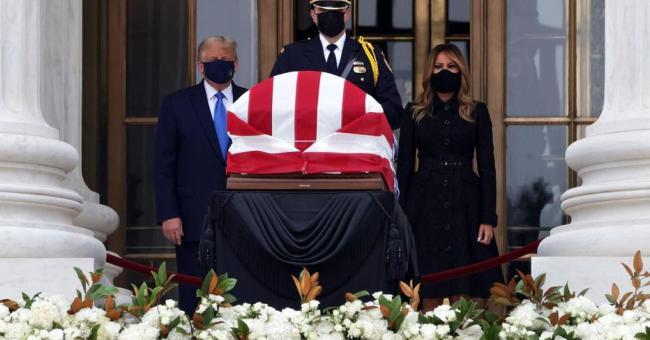 Donald Trump hué devant le cercueil de la juge Ruth Bader Ginsburg