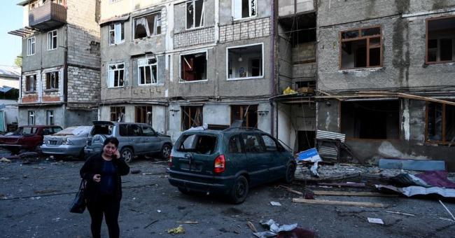 Des civils arméniens fuient leurs maisons