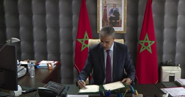 Aziz Rabbah signant la convention de partenariat entre le ministère de l'Energie, des Mines et de l'Environnement, le Conseil de la région de Béni Mellal-Khénifra et l'Association du Géoparc M'Goun