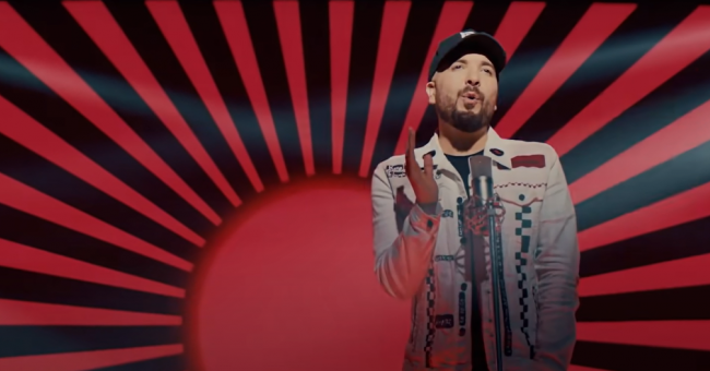 "L'artiste Douzi interprétant la chanson ""Liyam zina"""