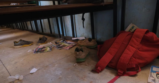 Des cartables et des objets appartenant aux élèves de l'école gouvernementale de sciences qui a été attaquée par des hommes armés à Kankara, dans le nord-ouest de l'État de Katsina.