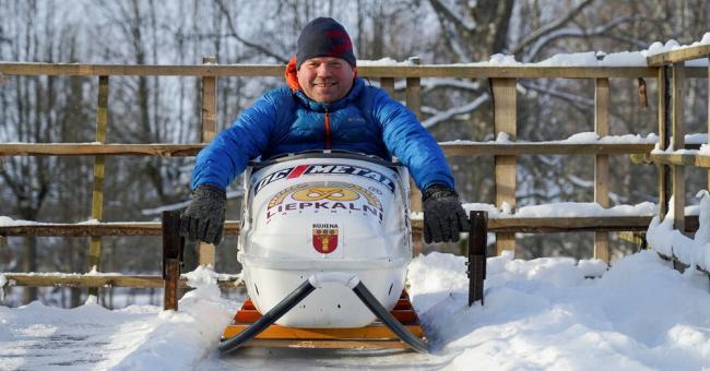 Lettonie : un père offre une piste de luge à ses enfants