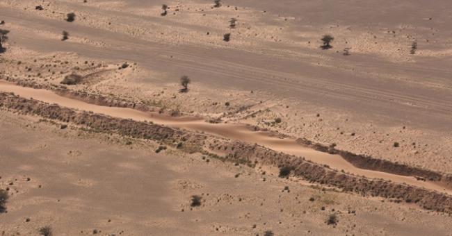 Un mur de sable sépare le Sahara du sud-est marocain © ONU/Evan Schneider