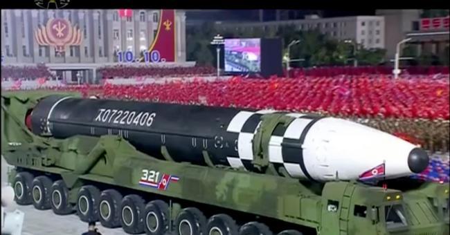Image tirée d'une vidéo diffusée par l'agence nord-coréenne Kcna, le 10 octobre 2020, montrant ce qui semble être le nouveau missile balistique intercontinental géant dévoilé par la Corée du Nord lors d'un défilé militaire à Pyongyang © 2019 AFP