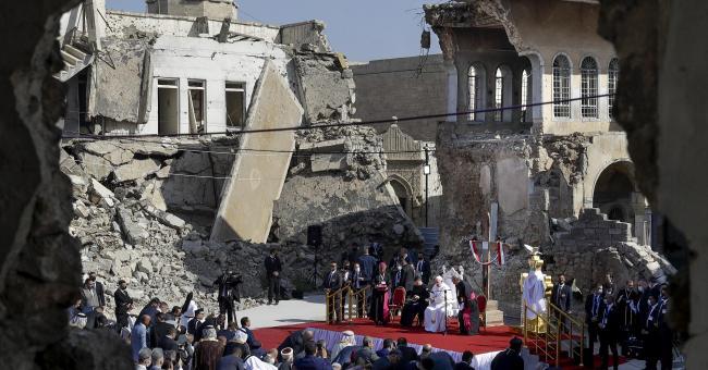 Irak : le pape François prie au milieu d'églises détruites par Daech