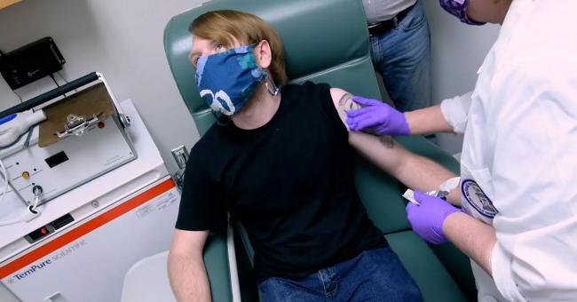 Un participant à un essai de vaccin développé par Pfizer et BioNTech, à l'Université du Maryland, à Baltimore, le 24 mai 2020 © Reuters