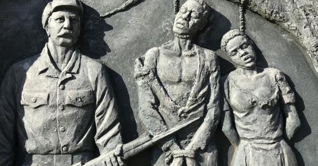 Un monument rappelle, à Windhok, les atrocités commises par les colons allemands en Namibie © DR