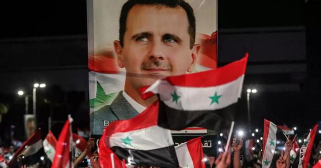 Des partisans de Bachar al-Assad fêtent l'annonce de sa victoire dans les rues de Damas, le 27 mai 2021 © Louai Beshara, AFP
