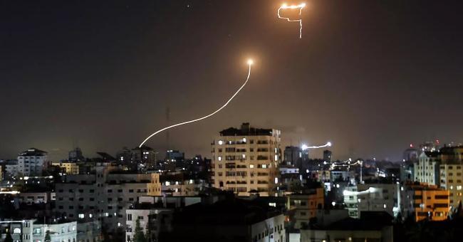 Traînée de lumière alors que le système anti-missiles israélien, le «Dôme de fer», intercepte les roquettes lancées depuis la bande de Gaza, le 16 mai 2021 ©️ AFP