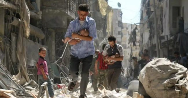 Des civils syriens dans la ville d'Alep, le 11 septembre 2016 © AFP