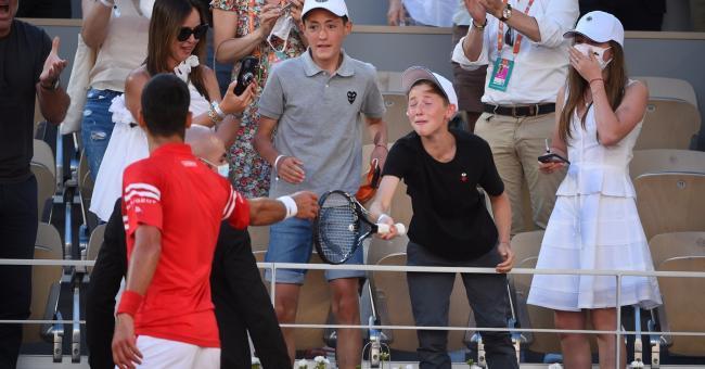 Novak Djokovic offre sa raquette, avec laquelle il venait de remporter le tournoi, à un enfant présent dans les tribunes © Roland-Garros