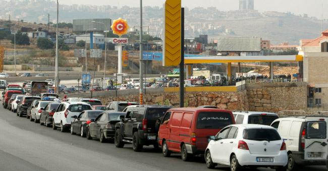 Des voitures font la queue près d'une station-service en attendant de faire le plein à Damour, au sud de Beyrouth, le 25 juin 2021. © Aziz Taher, Reuters