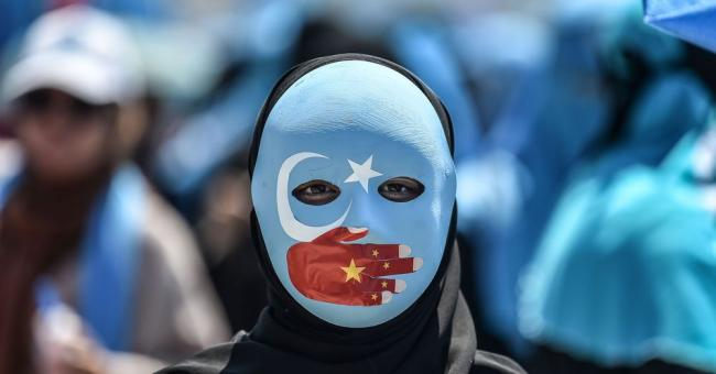 Une manifestante à Istanbul en Turquie en soutien aux musulmans ouïghours, le 5 juillet 2018, devant le consulat chinois © AFP