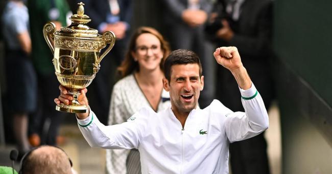 Novak Djokovic brandit le trophée de Wimbledon ce dimanche, son vingtième titre du Grand Chelem. Le Serbe est désormais l'égal de Roger Federer et de Rafael Nadal © Melville/Reuters