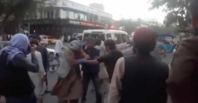 Des blessés de l'explosion arrivent à un hôpital de Kaboul, jeudi 26 août 2021 © ASVAKA NEWS / ASVAKA NEWS VIA REUTERS