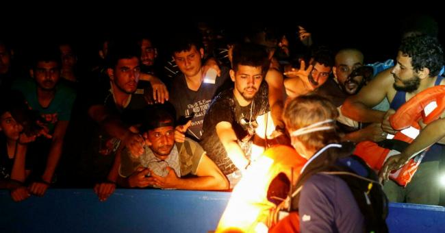 Un membre d'équipage du navire de sauvetage Sea-Watch 3 distribue des gilets de sauvetage lors d'une opération de sauvetage de migrants dans les eaux internationales au large des côtes tunisiennes, dans l'ouest de la mer Méditerranée, le 1er août 2021. © Darrin Zammit, Reuters