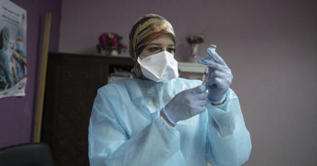 Des Marocains reçoivent le vaccin contre le coronavirus lors d'une campagne de vaccination au Centre de santé Sidi Fateh à Rabat, au Maroc, le 29 janvier 2021 © ANADOLU AGENCY)
