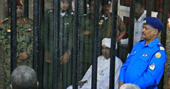 Le dirigeant militaire déchu du Soudan, Omar El-Béchir, est assis dans la cage des accusés à l'ouverture de son procès pour corruption à Khartoum, le 19 août 2019.  PHOTO : GETTY IMAGES / EBRAHIM HAMID